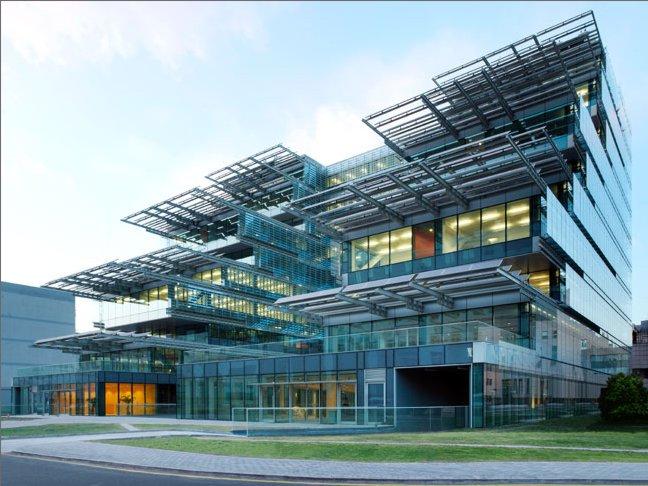 Для энергосберегающего здания университета Синьхуа в Пекине характерна...