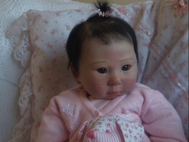 """Di fronte a queste bambole il povero Ciccio Bello deve sentirsi il brutto anatroccolo. Sono i """"Reborn baby"""", neonati-giocattolo realizzati con maniacale ... - dbambobe6_max"""